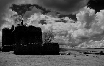 Cessford Castle Mono #stcuthbertsway #OUMS #leshainesimages #dailyshoot - Kostenloses image #324193