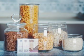 Jars with rice, peas, buckwheat, oatmeal, pasta in the kitchen. Rice, peas, buckwheat, oatmeal, pasta for 3 dollars, Cheboksary, Russia - бесплатный image #327323