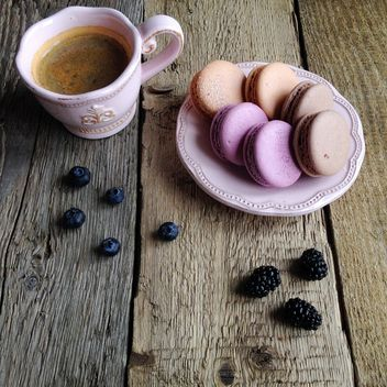 Macaroons, berries and cup of coffee - image gratuit #329123