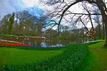 Lake in spring Keukenhof park, Holland - image #329143 gratis