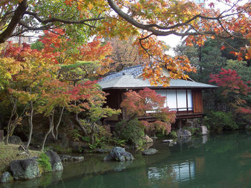 Japan (Kobe- Sorakuen Garden) Beatiful teahouse in garden surrounded with Autumn colored trees - бесплатный image #329603