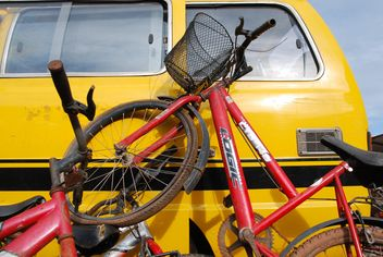 Red bicycles leant on pickup - image #330363 gratis