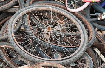 Old bicycle wheels - image #330373 gratis