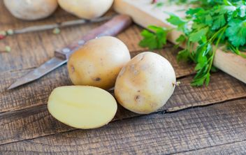 Fresh potatoes on wooden table - image #330683 gratis