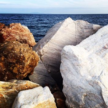 Stones on coast of sea - image gratuit #331773