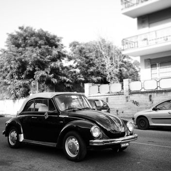 Old small car on road - image gratuit #331873