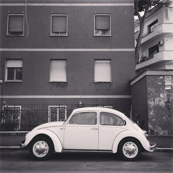 Old Volkswagen car near the house, black and white - бесплатный image #331953