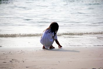 Girl collecting shells - image #332923 gratis