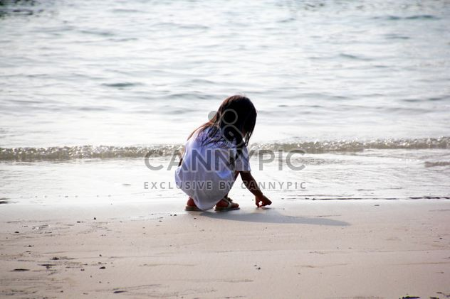 Girl collecting shells - бесплатный image #332923