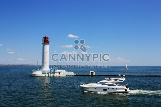 white yacht on a blue sea - image gratuit #333213