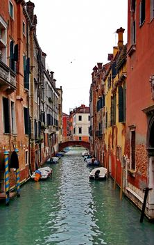 Gondolas on canal in Venice - image #333623 gratis