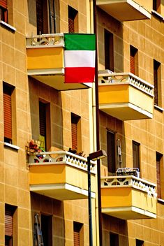 Facade of old-fashioned italian building - image #333713 gratis