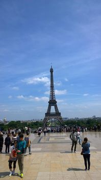 Tourists watching Eiffel Tower at Tracadero - image gratuit #334233