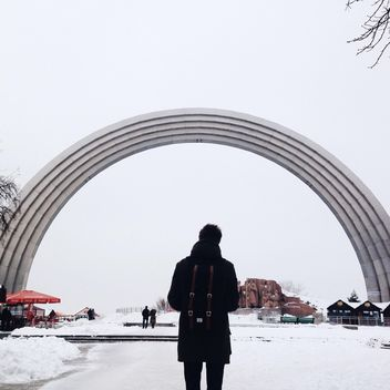 Silhouette of a man near Arch of Friendship of Peoples - бесплатный image #335123