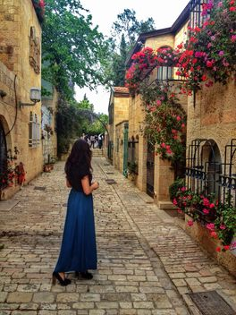 Woman on street of Jerusalem - image gratuit #337923