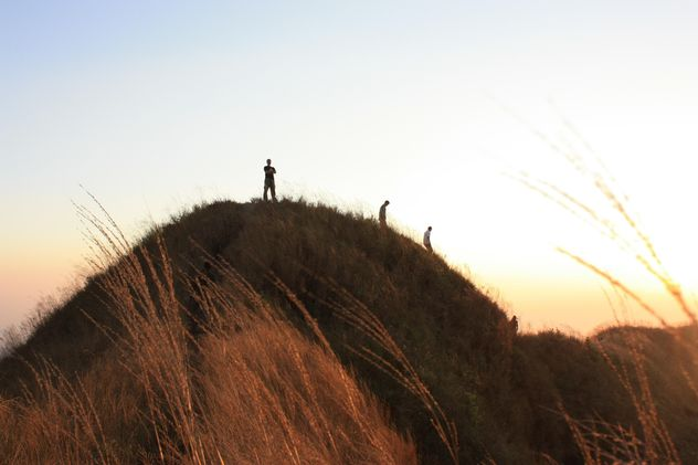 People on rock at sunset - Kostenloses image #338553