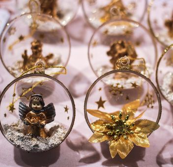 Close up of Christmas golden toys - image gratuit #341463