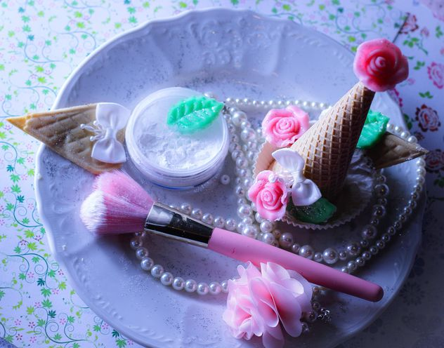 Pink makeup brush and pearls on a plate - бесплатный image #341513
