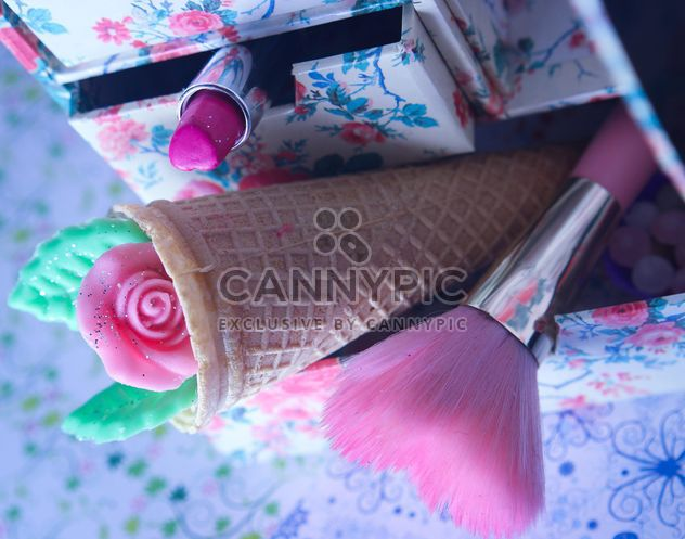 Pink makeup brush and pearls on a plate with colorfull nail polish and wooden letters - Kostenloses image #341533