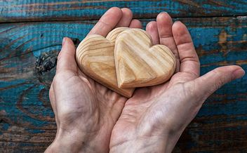 Wooden hearts in hands - image gratuit #342923