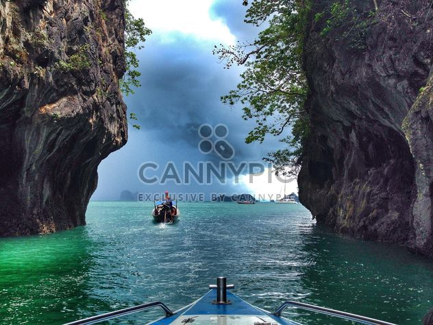 Boats floating between two cliffs - image gratuit #344033