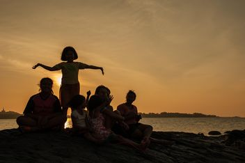 Children on a sea at subset - image #344083 gratis