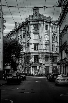 Architecture and cars on Moscow streets, black and white - бесплатный image #344573
