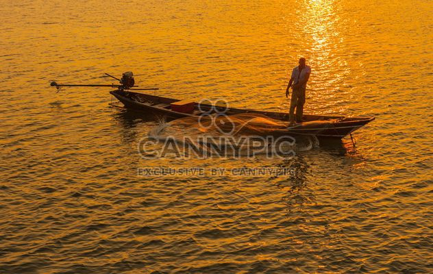 Fisherman in boat on sea at sunset - image gratuit #344623