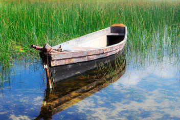 Old boat on river with reflection of sky - image gratuit #345063