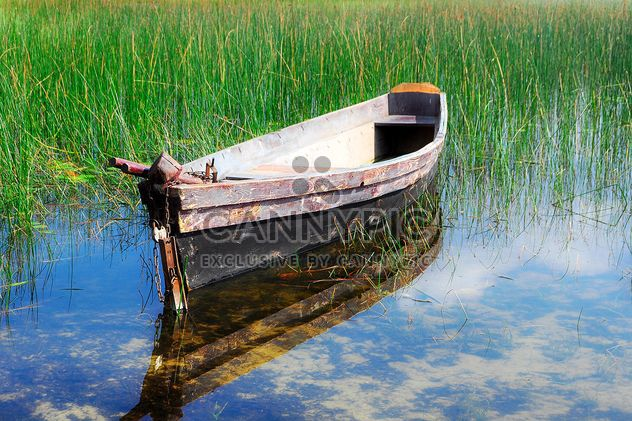 Old boat on river with reflection of sky - image #345063 gratis