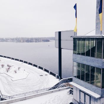 Building on shore of lake in winter - бесплатный image #347263