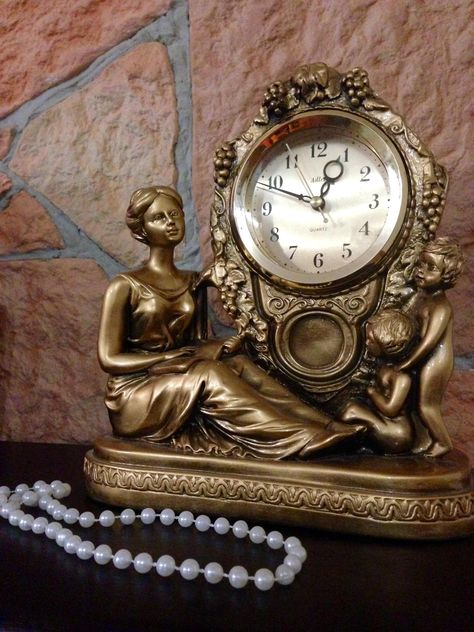 Vintage clock and pearl beads - image gratuit #347803