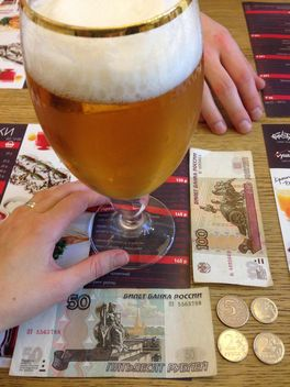 Glass of beer and money on table in cafe - image gratuit #347933
