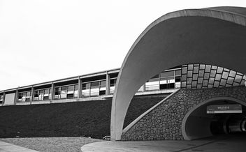 Exterior of station in Warsaw, black and white - бесплатный image #348663