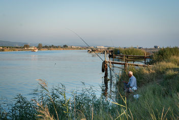 A fly fisherman fishing in a river - бесплатный image #400043