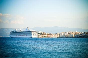 Cruise ship in the sea, Greece - image #449563 gratis