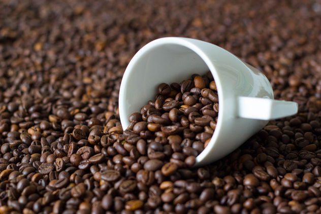 Coffe cup on coffee beans - image #450103 gratis