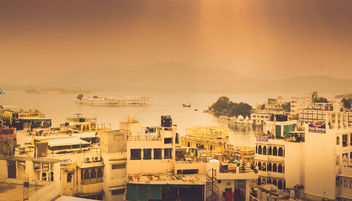 Hazy evening at Udaipur lake! - image #450393 gratis