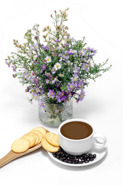 Coffee with crackers, coffee beans and wildflowers - image gratuit #452463