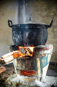 Old pot on fire - image gratuit #452473