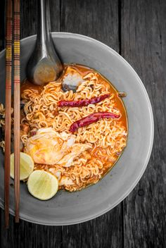 Thai noodle in bowl on wooden background - image gratuit #452483