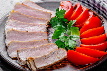 Close-up of baked meat with sliced tomatoes and parsley - бесплатный image #460763