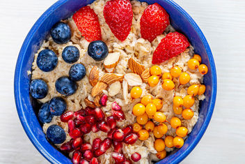 The concept of a healthy Breakfast-oatmeal with fruit and almonds (Flip 2019) - image gratuit #464463