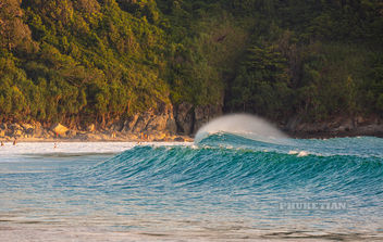 Nai Harn beach panorama in storm. People in the waves. Phuket, Thailand - бесплатный image #465713