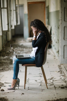 A business woman working on a laptop in an abandoned house. - Kostenloses image #471413