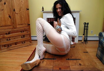 Pose In Fishnet Nylon Stockings 2 - image #473943 gratis