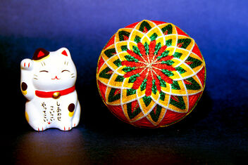 Japanese Temari ball flanked by a maneki neko (01) - image gratuit #475793
